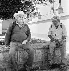 Descanso bajo la sombra (Marcos Núñez Núñez) Tags: streetphotography street blackandwhite bw analog analógico calle national fotografíacallejera soñores sombreros hats hat rolleiflex rollei rolleiflex35f oaxaca tlacolula film filmphotography fomapan400