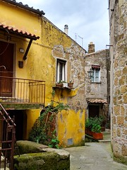hidden homes (ekelly80) Tags: italy tuscany april2019 spring pitigliano countryside hills streets walk narrow cute corner hidden yellow stone architecture