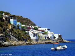 Case sul mare a Ditella frazione di Panarea (FIORE Luigi) Tags: panarea isola isoleeolie suditalia sicilia sea mare imbarcazioni case scogli cielo italia