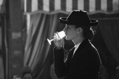 Sorbitos de sol (jantoniojess) Tags: feria feriadesevilla feriadeabril sevilla amazona caballista jinete goyesca copa manzanilla silueta silhouette luz seville sevillana andalucía spain casetaferia realdelaferia españa nikond5200