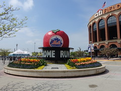 201905055 New York City Queens (taigatrommelchen) Tags: 20190518 usa ny newyork newyorkcity nyc queens sight icon city building stadium blossoms