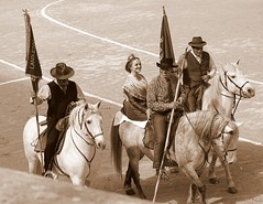 Les Gardians et la Camarguèse (aficion2012) Tags: défilé gardians gardiens camargue cheval chevaux tradition cotumes people camarguese arles francia france provence monochrome sepia parade desfile woman horses
