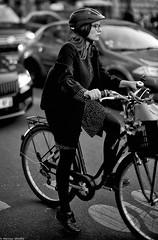 Sur la pointe du pied (Mathieu HENON) Tags: leica leicam noctilux 50mm m240 monochrome laphotodulundi nb bw bnw blackwhite noirblanc street streetphoto streetlife photoderue france paris 6èmearrondissement vélo trafic bike parisienne parisianstyle parisiangirl pointedupied