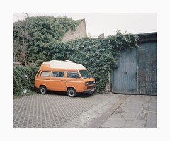 Ehrenfeld, 2019 (Darius Urbanek) Tags: 120 6x7 kodak mamiya7 portra400 analog color film mediumformat ehrenfeld cologne köln backyard parking volkswagen t3 bulli van car