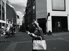 early summer@Oldtown, Düsseldorf (Amselchen) Tags: city street streetphotography streetsnap people pedestrians bnw blackandwhite light shadow mono monochrome panasonic citylife urban germany leicadglens lmonochromed panasonicdcgx9 leicadgsummilux15f17