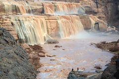 Grand Falls, Scale Figures (DA Edwards) Tags: arizona desert grand falls little colorado river water landscape chocolate mud flowing waterfall color da edwards photography spring 2019 canon sl2