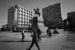Plaza Independencia, Montevideo (Celso Kuwajima) Tags: epsonv800 silverfastai 20190548 people building streetphotography ilfordpanfplus50 architecture leicasuperangulon13421mm analogphotography outdoor bw leicamp montevideo montevideodepartment uruguay statue