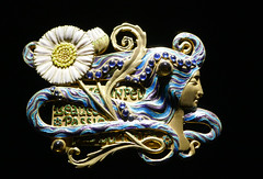Marguerite - Broche - Brooch, 1900 (Monceau) Tags: artnouveau jewelry france 15beginningwiththeletterj 119picturesin2019 marguerite flower woman face broche brooch 1900 white elegant blue gold