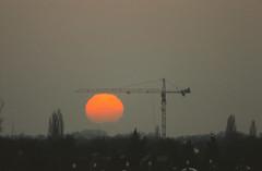 Sonne hängt am Kran 2001 (rieblinga) Tags: berlin lankwitz 2001 sonne am kran untergang analog canon eos 1v agfa ct precisa 100 diafilm e6