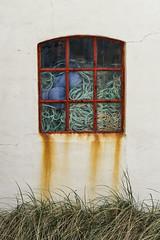 (Richter.V) Tags: fenster gitterfenster rost metall gras hauswand klitmöller dänemark fischernetze seile netze
