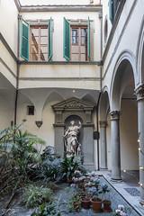 2019/02/25 11h25 Palazzo Tolomei, cour intérieure, Florence (Valéry Hugotte) Tags: 24105 firenze florence italia italie italy palazzotolomei tolomei canon canon5d canon5dmarkiv cour hôtel statue