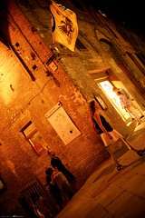 Voyage en Italie 2018   1439 (Distagon12) Tags: sienne sienna italy italia italie citybynight city street streetphoto strada strasse night nightphoto nuit villenuit nacht noche notte summilux sonya7rii wideaperture summilux35asph light rue tourism toscane toscana photosderue
