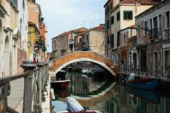 Traversée de canal (SacreFrancis) Tags: venise italie italia eau water ocean mer sea house canal