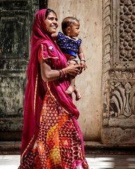 Rajasthan woman with child (André Schönherr) Tags: 50d visionhunter india indien rajasthan woman child kind frau mother
