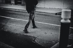 Homme urbain. (LACPIXEL) Tags: urbain urban urbano homme hombre man rue street calle callejera ville town ciudad poissy france road route carretera traverser crossing cruzar noiretblanc blancoynegro blackwhite streetphotographer photographederue sony flickr lacpixel