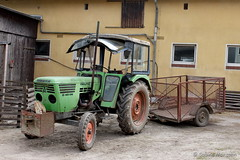 Warten auf Arbeit (Sockenhummel) Tags: domänedahlem frühlingsfest trecker landfahrzeug bauernhof farm scheune berlin fuji x30