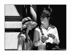 Les Touristes. (francis_bellin) Tags: femme espagne streetphoto street touristes netb photoderue grenade route noiretblanc monochrome homme tourisme olympus chapeaux rue blackandwhite bw 2019 andalousie ville