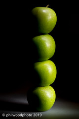 365-2019-140 - Pommes équilibrées (phil wood photo) Tags: 365 365colorfun 365colourfun apple apples balanced color365 colour365 day140 fruit green lightpainting may stacked pommeséquilibrées