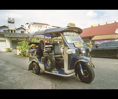 De stress, frenetismo y pausas (FerLinyera2) Tags: chiangmai tailandia taxi 35mm analog canonae1 portra800 fotografiaanalogica manual break descanso tuktuk thailand temple film kodak