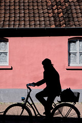 Pink house (Guido Klumpe) Tags: candid streetphotographer streetphotography strase hannover hanover germany deutschland city stadt streetphotographde unposed streetshot gebäude architecture architektur building perspektive perspective color farbe minimal minimalism minimalistisch simple reduced kontrast contrast gegenlicht shadow schatten silhouette rosa rot street