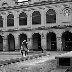 La fontaine (lesphotosdepatrick) Tags: streetphotography blackandwhitephotography candidshot acrosfilm x100f fujifilm fujixlovers gard gardtourisme garesncf nimes fontaine arche arc