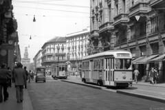 Via Orefici tegen lunchtijd, 1977 (Tim Boric) Tags: milaan milano milan mailand tram tramway streetcar strassenbahn viaorefici atm 5100 tipo28 ventotto