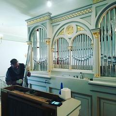 Es blitzt und blinkt: unsere historische Link-Orgel bekommt ihre neuen Prospektpfeifen (aus Zinn und Blei; die ausrangierten: Zink) (alexebel) Tags: instagram iphone4