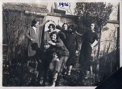 Femmes, 1926 (Cletus Awreetus) Tags: photographie photoancienne groupe femme enfants