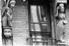 Sculptures (XVe s.) de la façade du 10 rue Carnot à la Ferté-Bernard (Philippe_28) Tags: lafertébernard sarthe 72 france europe argentique analogue camera photography photographie film 135 bw nb colombage maison pansdebois halftimbered house hermétisme ésotérisme