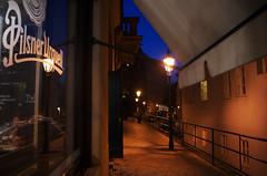 Urquell (Atreides59) Tags: urban urbain street nuit night lumière light lampadaire blue bleu ciel sky rouge red jaune yellow prague praha républiquetchèque czechrepublic pentax k30 k 30 pentaxart atreides atreides59 cedriclafrance vitrine