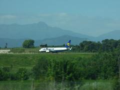 Girona Airport - Ryanair on the taxiway (ell brown) Tags: girona catalonia catalunya spain españa gironaairport plane coach girona–costabravaairport aena vilobídonyar ap7 e15 ryanair boeing737800 autopistadelamediterrània