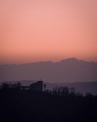 Schloss Habsburg im Sonnenaufgang mit Alpen im Hintergrund - Habsburg-Aargau-Schweiz-CH190228071553-©patrikwalde_com.jpg