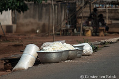 The gari awaits (10b travelling / Carsten ten Brink) Tags: africa african places ghana westafrica afrika porridge gari afrique goldcoast 2017 ghanaian tenbrink carstentenbrink iptcbasic 10btravelling atimpoku easternregion