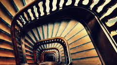 dreckige Treppe (petra.foto busy busy busy) Tags: wrangelhaus kontorhaus hamburg treppe treppenhaus stairs vonoben stufen braun germany fotopetra canon 5dmarkiii