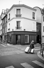 les valises (Jack_from_Paris) Tags: l3008516 leica m type m10p 20021 leicaelmaritm28mmf28asph 11606 dng mode lightroom capture nx2 rangefinder télémétrique bw noiretblanc monochrom blackandwhite monochrome wide angle street paris croisement valises bagages femme roulettes