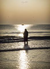 Pesca con red (:) vicky) Tags: pesca playa valencia contraluz comunidadvalenciana agua playas spain sun sunrise