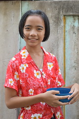 tall girl with plastic bowl (the foreign photographer - ฝรั่งถ่) Tags: tall girl child plastic bowl khlong thanon portraits bangkhen bangkok thailand nikon d3200