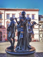 Musicians with Scarves (Mike Bonitz) Tags: deutschland germany sachsenanhalt saxonyanhalt quedlinburg stadt city marktplatz marketplace statue kunst art musiker musicans instagram huaweip20