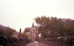 Église Sainte Marie-Madeleine, Belcastel, France. (matériel brouilleur) Tags: diana pinhole stenope estenopeica 35mm expiredfilm lomography lomo tungsten eglise church mariemadeleine belcastel aveyron pont bridge