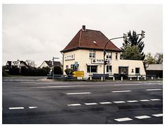 (schlomo jawotnik) Tags: 2019 april wendhausen kreuzung asphalt ampel gebäude asia point hinweisschild spiegelung usw