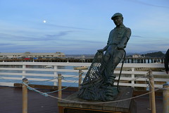 Fisherman (ivlys) Tags: usa california monterey hafen harbour fischer fisherman statue mond moon himmel sky ivlys
