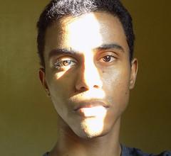 Sunny vampire (Neo-noir) Tags: sunlight photojournalism retrato latin diversity face eyes shadows goldenhour gold america brown science biology people gente poesía poetry ojo