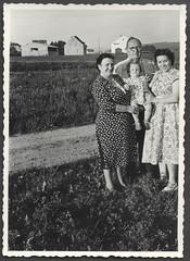 ArchivS 870 Auf unserem Grundstück, Juni 1957 (Hans-Michael Tappen) Tags: archivhansmichaeltappen fotorahmen outdoor kleidung outfit familienfoto siedlungsgebiet grundstück baugrundstück brillenträger landschaft scenery 1957 1950s 1950er