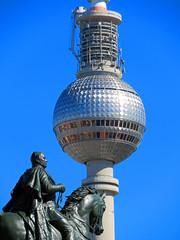 Berlin - Museumsinsel, Reiterstandbild Friedrich Wilhelm IV und Fernsehturm (www.nbfotos.de) Tags: berlin museumsinsel friedrichwilhelmiv reiterstandbild skulptur sculpture statue fernsehturm