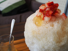 KOHAKU-IRO / The Syrup is Mixed Japanese Apricot, Ginger and Citrus Fruit + Topping is a Diced Strawberry and Strawberry Jelly (INZM.) Tags: japan kanagawa food japanfood japanese japanesefood noan ice shaved dessert iceshaved shavedice kakigori 埜庵 kugenuma fujisawa 鵠沼海岸 藤沢 湘南 shonan 2019 strawberry かき氷 カキ氷 梅 plum コハクイロ 梅シロップ plumsyrup syrup 柑橘 生姜 citrus ginger 裏メニュー いちご イチゴ 苺 apricot fruit topping