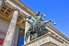 Berlin - Museumsinsel, Altes Museum (www.nbfotos.de) Tags: berlin museumsinsel altesmuseum statue skulptur sculpture