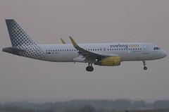 EC-MFL / Airbus A320-232(S) / 6557 / Vueling Airlines (A.J. Carroll (Thanks for 1 million views!)) Tags: ecmfl airbus a320232 a320200 a320 320 6557 v2527a5 vuelingairlines esgk 344695 london heathrow lhr egll 09l