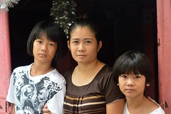 girls with their aunt (the foreign photographer - ฝรั่งถ่) Tags: two girls sisters khlong thanon portraits bangkhen bangkok thailand nikon d3200