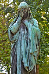 Weeping Angel (adamsgc1) Tags: weepingangel pèrelachaisecemetery paris cimetièredupèrelachaise tomb tombstone grave statue art sculpture