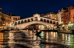 Puente Rialto (Perurena) Tags: puente brigde ponte agua water canal arquitectura arte mluz light sombras shadows nocturna noche night góndola venecia veneto italia